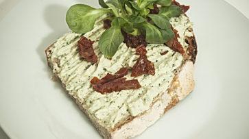 Kváskový chléb s pestovou pomazánkou