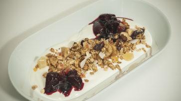 Farmářský jogurt s müsli a lesním ovocem