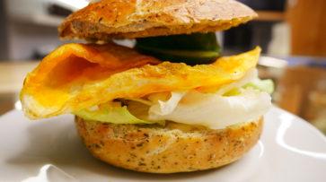 Bagel s vaječnou omeletou